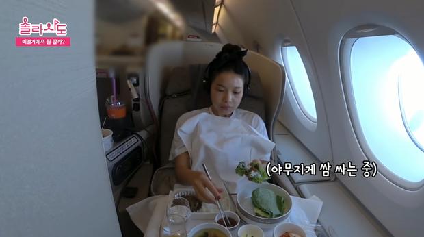 Muốn sống sót qua những chuyến bay dài thì hãy học tập những mẹo cực hữu ích từ cô nàng Solar (MAMAMOO) nhé! - Ảnh 3.