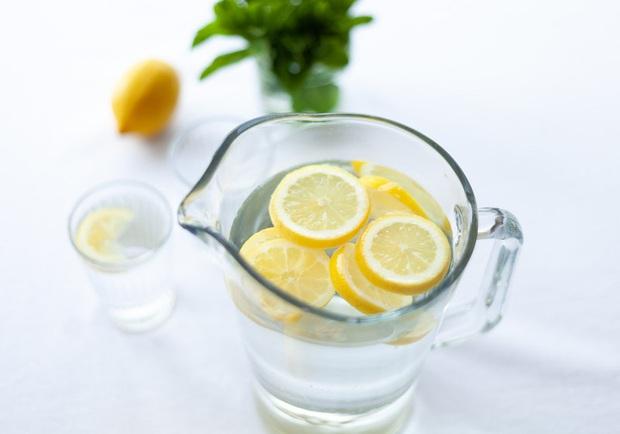 5 lợi ích bất ngờ của việc uống nước chanh, thứ nước vô cùng quen thuộc mà nhà nào cũng có - Ảnh 1.