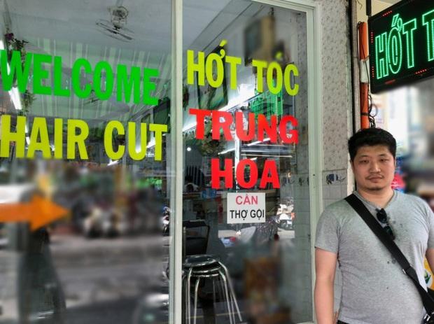 Blogger người Nhật đến phố Bùi Viện hỏi: Cắt cho tôi kiểu tóc phổ biến nhất Việt Nam và cái kết khiến anh cười phớ lớ - Ảnh 1.
