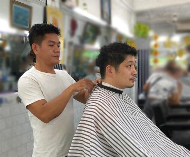 Blogger người Nhật đến phố Bùi Viện hỏi: Cắt cho tôi kiểu tóc phổ biến nhất Việt Nam và cái kết khiến anh cười phớ lớ - Ảnh 3.