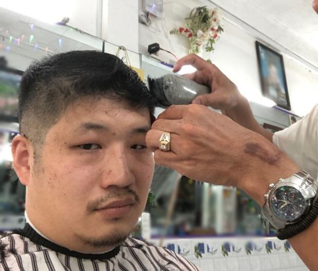 Blogger người Nhật đến phố Bùi Viện hỏi: Cắt cho tôi kiểu tóc phổ biến nhất Việt Nam và cái kết khiến anh cười phớ lớ - Ảnh 4.