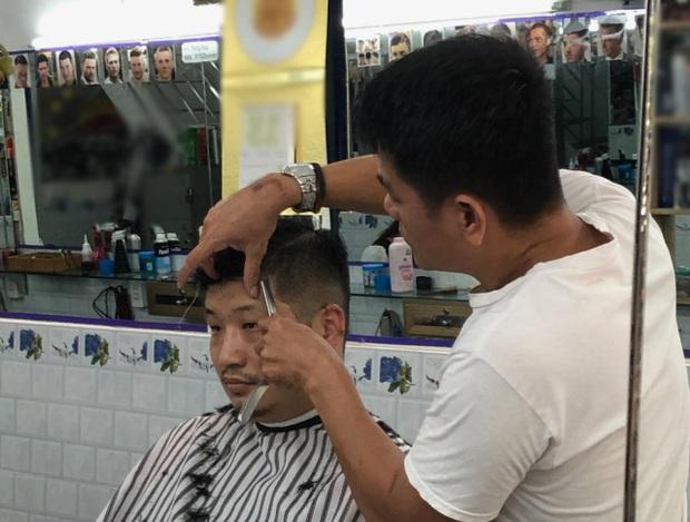 Blogger người Nhật đến phố Bùi Viện hỏi: Cắt cho tôi kiểu tóc phổ biến nhất Việt Nam và cái kết khiến anh cười phớ lớ - Ảnh 5.
