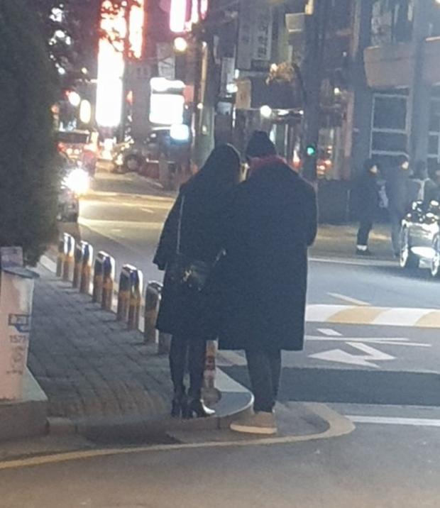 Taecyeon (2PM) lộ ảnh đi dạo với cô gái lạ trên phố, nghi đang hẹn hò với nữ diễn viên - Ảnh 1.