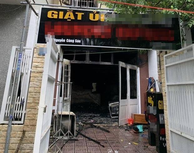Tiệm giặt ủi bốc cháy ngùn ngụt, 1 người Hàn Quốc hoảng hồn nhảy từ tầng 2 xuống đất - Ảnh 1.