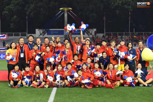 Tuyển nữ Việt Nam huỷ lịch bay, ở lại cổ vũ trận chung kết bóng đá nam SEA Games 30 - Ảnh 1.