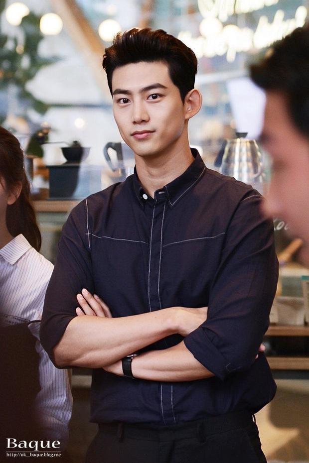 Taecyeon (2PM) lộ ảnh đi dạo với cô gái lạ trên phố, nghi đang hẹn hò với nữ diễn viên - Ảnh 2.