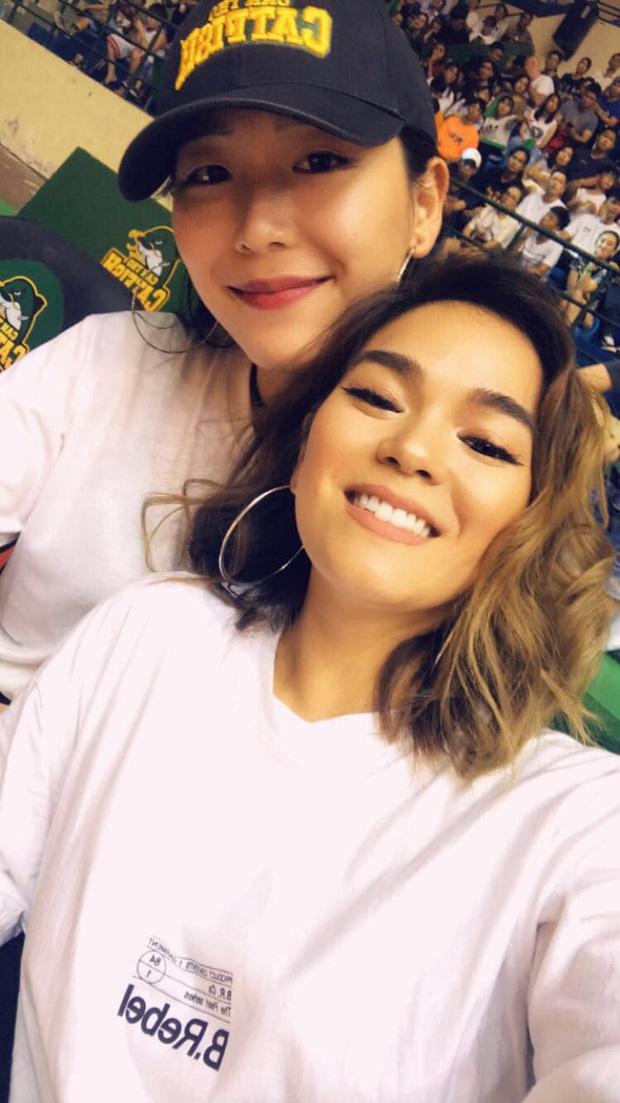 Bất ngờ xuất hiện tại SEA Games 30, nữ ca sĩ tham gia đóng MV cùng Đen Vâu cổ vũ hết mình cho đội tuyển bóng rổ Việt Nam - Ảnh 5.