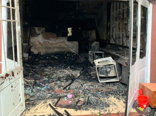 Tiệm giặt ủi bốc cháy ngùn ngụt, 1 người Hàn Quốc hoảng hồn nhảy từ tầng 2 xuống đất - Ảnh 2.
