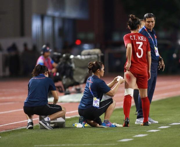 Xót xa nhìn vết thương đau đớn khiến nữ cầu thủ Việt Nam không ngủ nổi sau trận thắng Thái Lan ở SEA Games 30 - Ảnh 3.