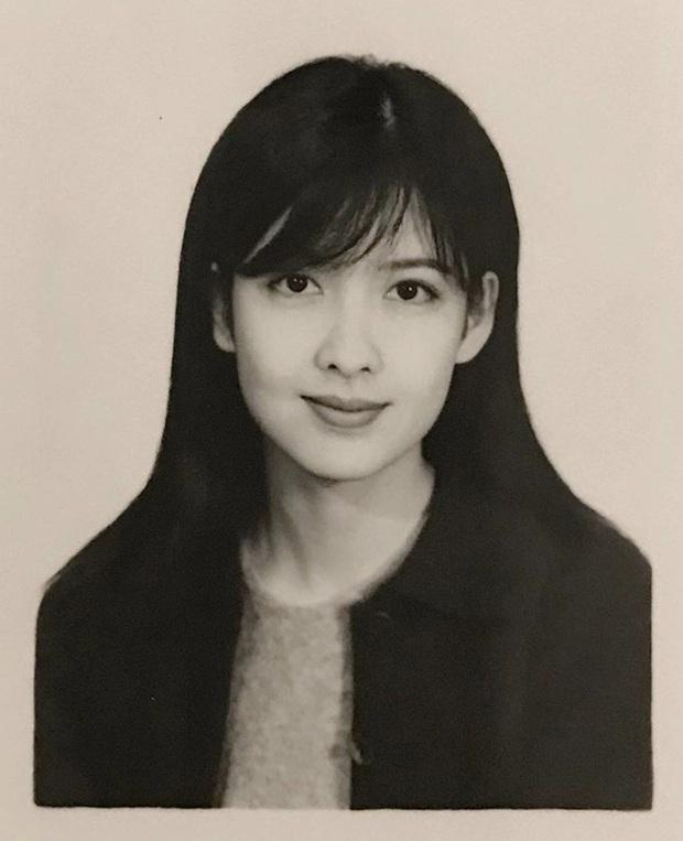 Bức ảnh thẻ tuổi 20 gây sốt ngày hôm nay: Nhan sắc ngọc nữ Châu Huệ Mẫn U55 bất biến suốt 32 năm qua - Ảnh 1.