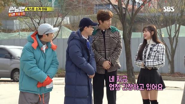 Running Man: Lee Kwang Soo dẹp bỏ ga lăng, từ chối nhường áo cho khách mời nữ vì nghe thấy tên bạn gái - Ảnh 1.