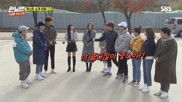 Running Man: Lee Kwang Soo dẹp bỏ ga lăng, từ chối nhường áo cho khách mời nữ vì nghe thấy tên bạn gái - Ảnh 2.