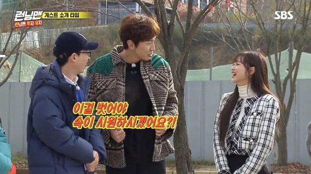 Running Man: Lee Kwang Soo dẹp bỏ ga lăng, từ chối nhường áo cho khách mời nữ vì nghe thấy tên bạn gái - Ảnh 4.