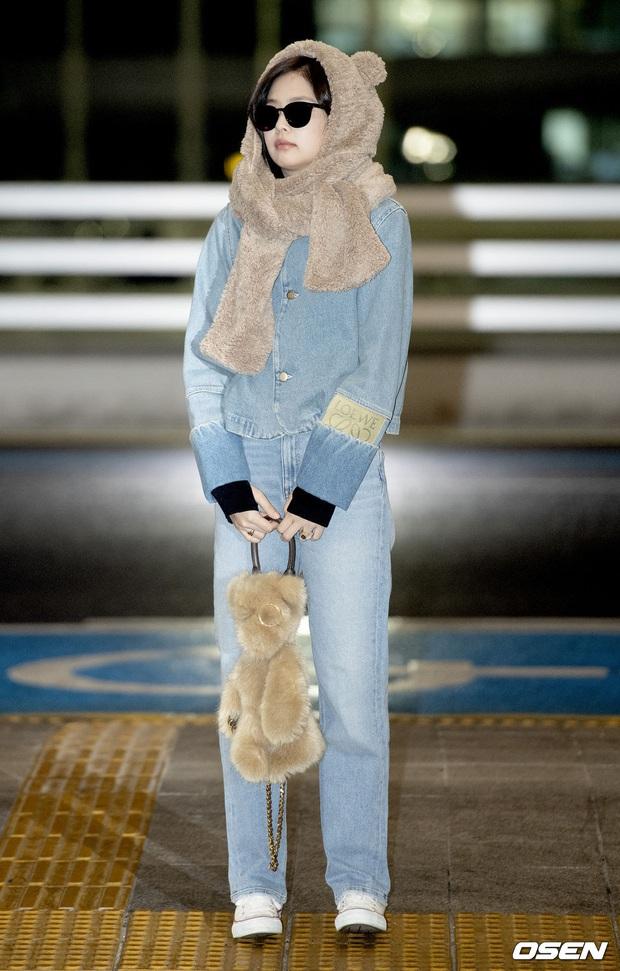 Hiếm lắm mới có dàn sao hot thế này ra sân bay: Yoona để tóc mới lạ, Jennie hóa gấu siêu cưng, BTS như đi catwalk - Ảnh 5.