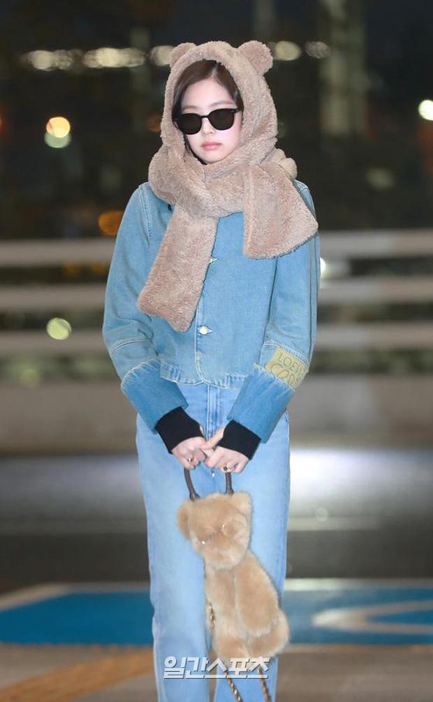 Hiếm lắm mới có dàn sao hot thế này ra sân bay: Yoona để tóc mới lạ, Jennie hóa gấu siêu cưng, BTS như đi catwalk - Ảnh 7.