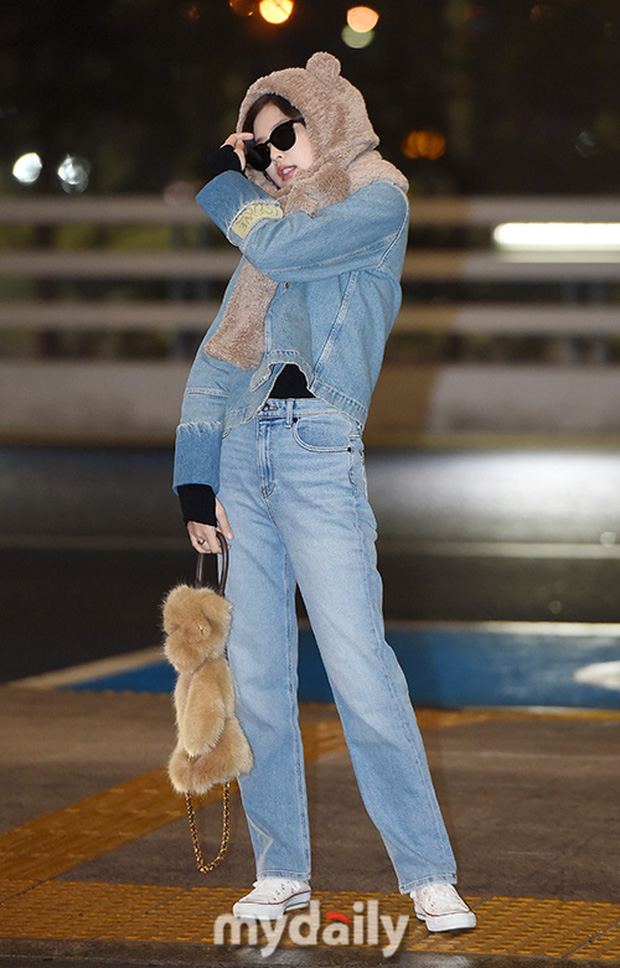 Hiếm lắm mới có dàn sao hot thế này ra sân bay: Yoona để tóc mới lạ, Jennie hóa gấu siêu cưng, BTS như đi catwalk - Ảnh 6.