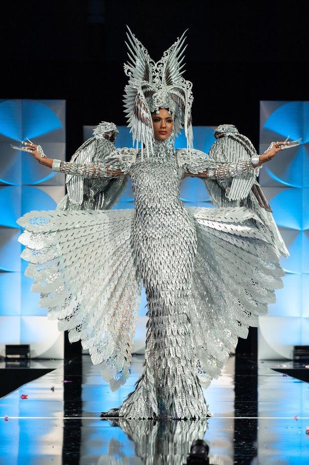MC Steve Harvey lặp lại sự cố 2015 khi công bố nhầm kết quả giải Quốc phục trong đêm chung kết Miss Universe 2019? - Ảnh 3.
