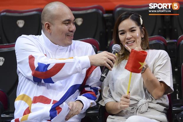 Bất ngờ xuất hiện tại SEA Games 30, nữ ca sĩ tham gia đóng MV cùng Đen Vâu cổ vũ hết mình cho đội tuyển bóng rổ Việt Nam - Ảnh 3.