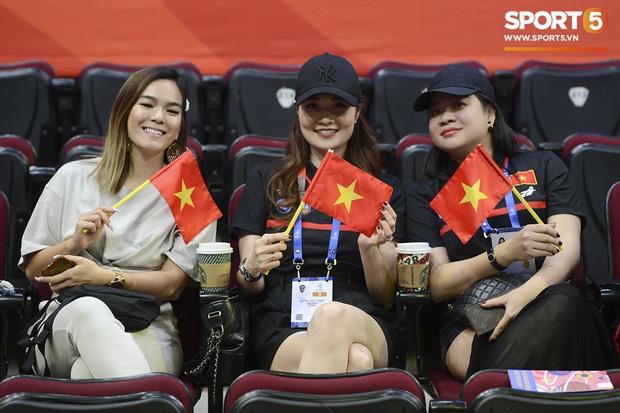 Bất ngờ xuất hiện tại SEA Games 30, nữ ca sĩ tham gia đóng MV cùng Đen Vâu cổ vũ hết mình cho đội tuyển bóng rổ Việt Nam - Ảnh 4.