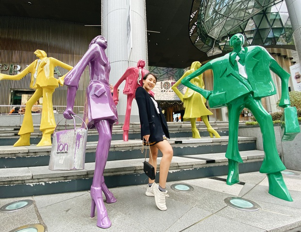 """Bị """"cấm"""" mua quần áo ở thiên đường mua sắm Orchard Road, Giang Ơi và Anh Bạn Thân mua ngay những món này cho bỏ tức - Ảnh 1."""