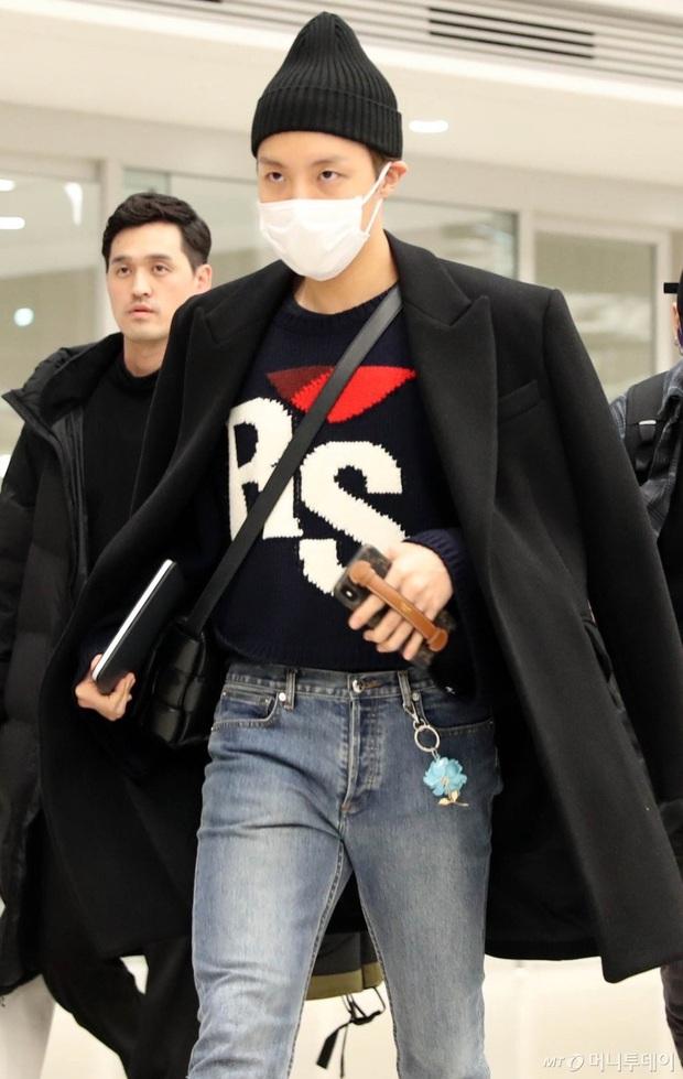 Hiếm lắm mới có dàn sao hot thế này ra sân bay: Yoona để tóc mới lạ, Jennie hóa gấu siêu cưng, BTS như đi catwalk - Ảnh 10.