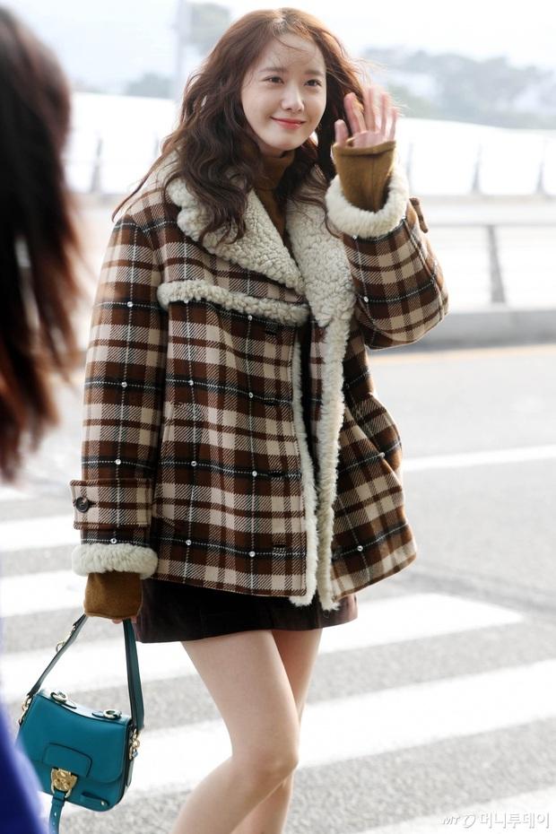 Hiếm lắm mới có dàn sao hot thế này ra sân bay: Yoona để tóc mới lạ, Jennie hóa gấu siêu cưng, BTS như đi catwalk - Ảnh 1.