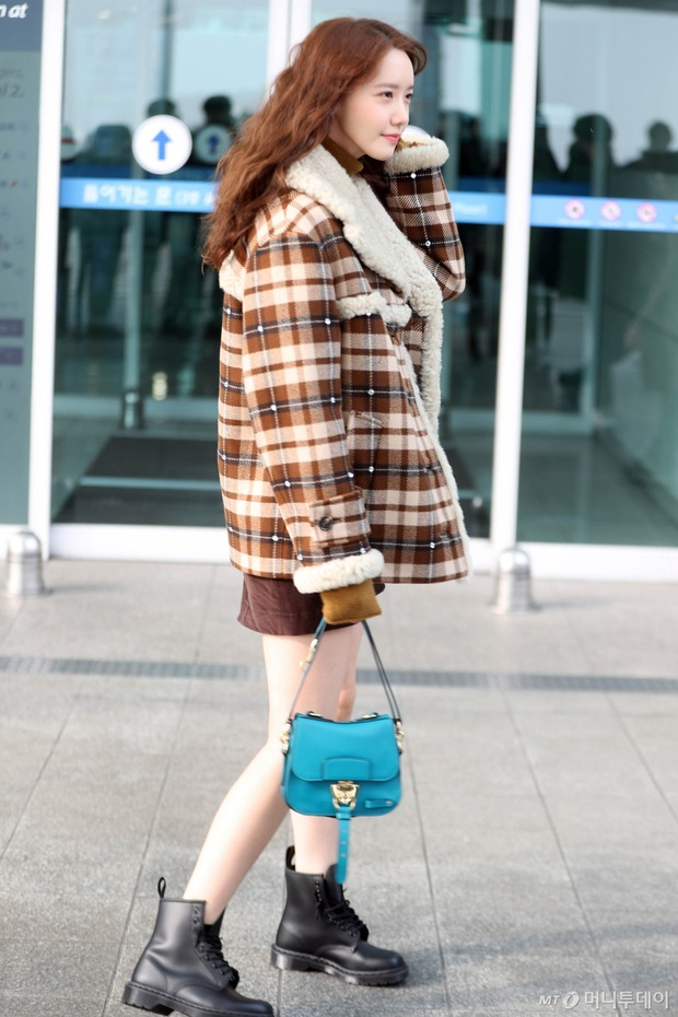 Hiếm lắm mới có dàn sao hot thế này ra sân bay: Yoona để tóc mới lạ, Jennie hóa gấu siêu cưng, BTS như đi catwalk - Ảnh 3.