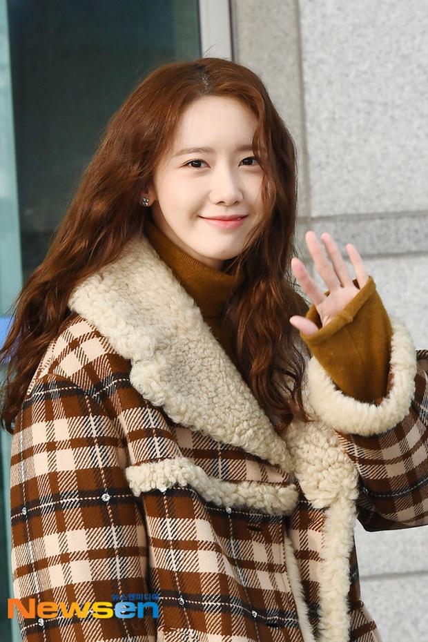 Hiếm lắm mới có dàn sao hot thế này ra sân bay: Yoona để tóc mới lạ, Jennie hóa gấu siêu cưng, BTS như đi catwalk - Ảnh 2.