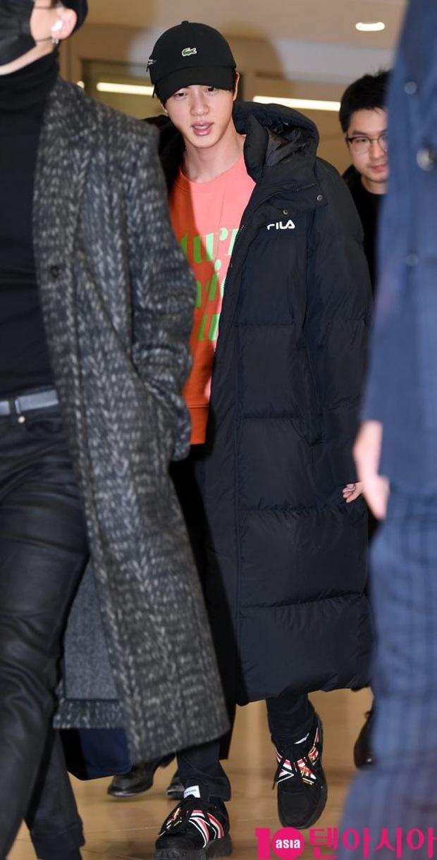 Hiếm lắm mới có dàn sao hot thế này ra sân bay: Yoona để tóc mới lạ, Jennie hóa gấu siêu cưng, BTS như đi catwalk - Ảnh 15.