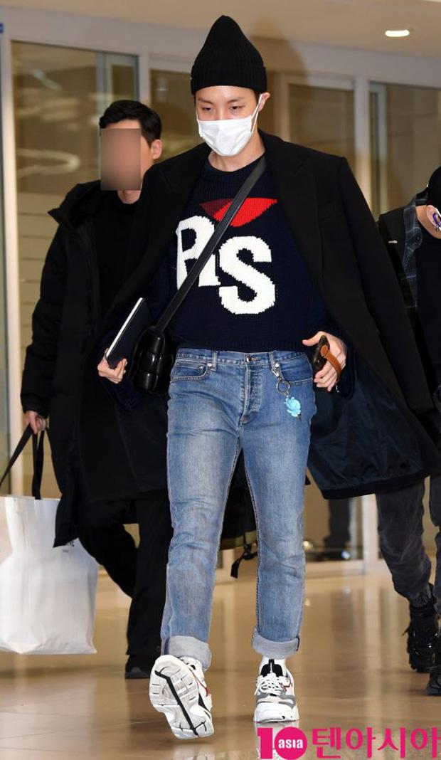 Hiếm lắm mới có dàn sao hot thế này ra sân bay: Yoona để tóc mới lạ, Jennie hóa gấu siêu cưng, BTS như đi catwalk - Ảnh 11.