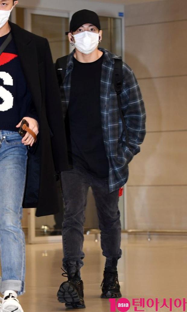 Hiếm lắm mới có dàn sao hot thế này ra sân bay: Yoona để tóc mới lạ, Jennie hóa gấu siêu cưng, BTS như đi catwalk - Ảnh 12.