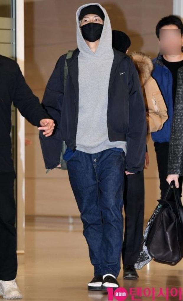Hiếm lắm mới có dàn sao hot thế này ra sân bay: Yoona để tóc mới lạ, Jennie hóa gấu siêu cưng, BTS như đi catwalk - Ảnh 9.