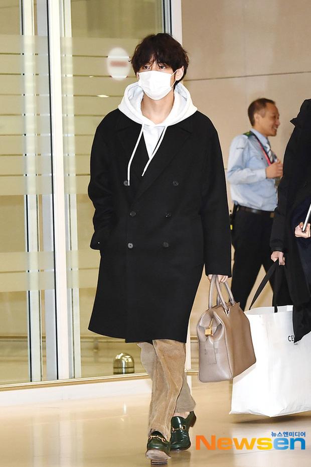 Hiếm lắm mới có dàn sao hot thế này ra sân bay: Yoona để tóc mới lạ, Jennie hóa gấu siêu cưng, BTS như đi catwalk - Ảnh 16.