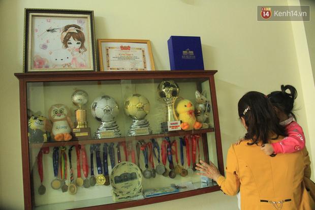Bố mẹ kể về tuổi thơ của cô gái vàng Tuyết Dung: Nó trốn chơi bóng với bọn con trai, mẹ dùng roi quất mà vẫn không chịu nghe - Ảnh 4.