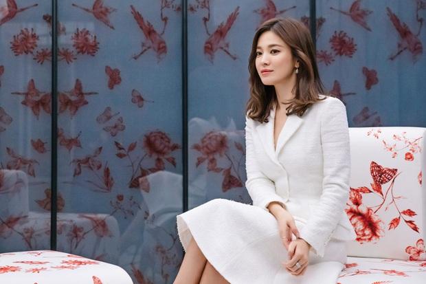 Để trông sang như diện đồ hiệu dù lên đồ tiết kiệm, nàng công sở hãy học ngay thần chú màu trắng của Song Hye Kyo - Ảnh 1.