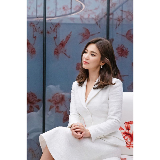 Để trông sang như diện đồ hiệu dù lên đồ tiết kiệm, nàng công sở hãy học ngay thần chú màu trắng của Song Hye Kyo - Ảnh 2.