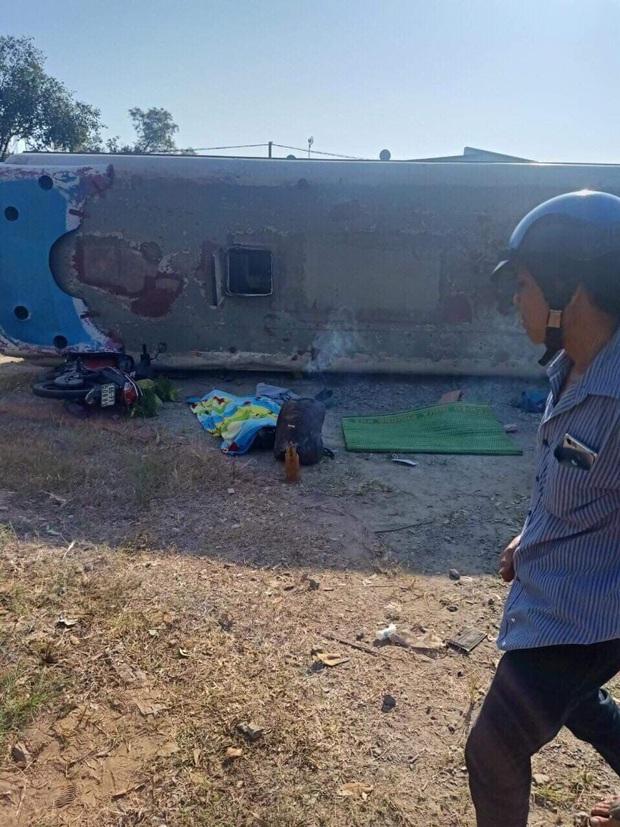 Long An: Xe chở công nhân lật ngang đè chết 2 người đi đường, 11 công nhân bị thương - Ảnh 1.