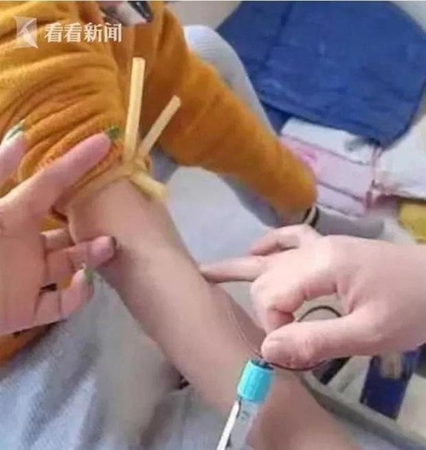 Cô giáo đá chảy máu vùng kín bé trai 7 tuổi, dù đã bồi thường hơn 20 triệu đồng nhưng vẫn khiến phụ huynh phẫn nộ - Ảnh 2.