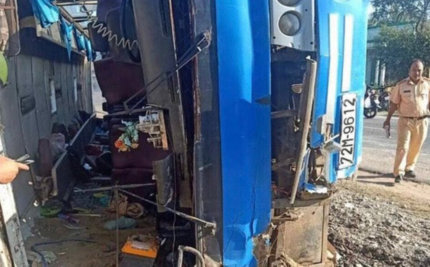 Nguyên nhân vụ lật xe khách khiến 2 người chết, 11 người bị thương ở Long An - Ảnh 1.
