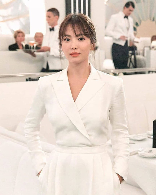 Để trông sang như diện đồ hiệu dù lên đồ tiết kiệm, nàng công sở hãy học ngay thần chú màu trắng của Song Hye Kyo - Ảnh 5.