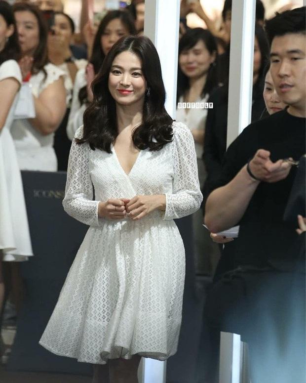 Để trông sang như diện đồ hiệu dù lên đồ tiết kiệm, nàng công sở hãy học ngay thần chú màu trắng của Song Hye Kyo - Ảnh 7.