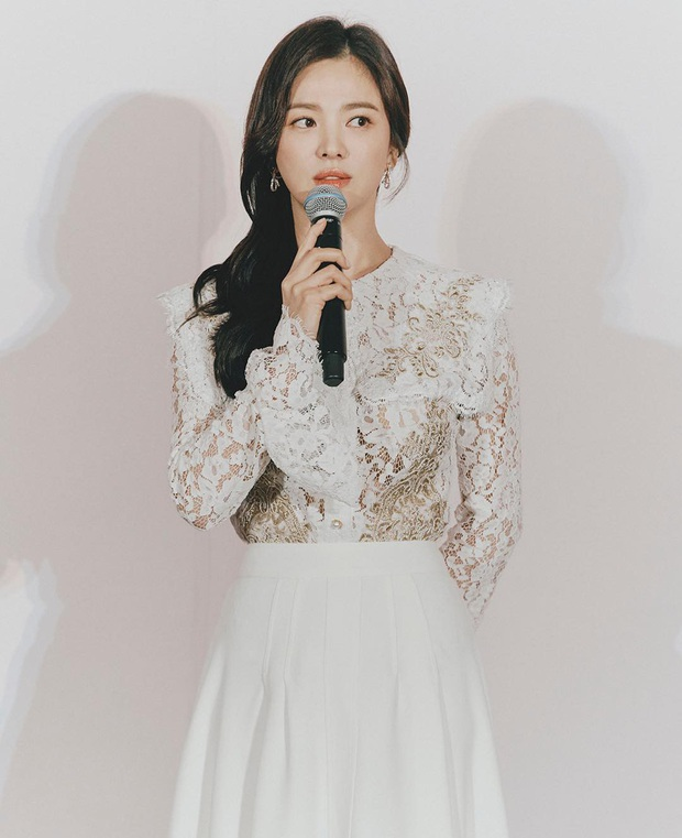 Để trông sang như diện đồ hiệu dù lên đồ tiết kiệm, nàng công sở hãy học ngay thần chú màu trắng của Song Hye Kyo - Ảnh 8.