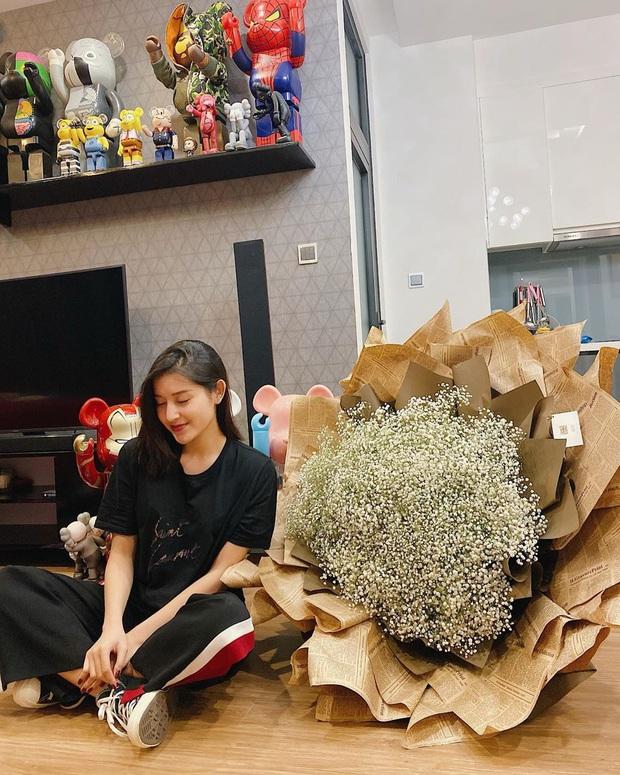 Street style sao Việt: Chi Pu cùng hội bạn thân sexy tóe khói, Lương Thùy Linh lại mặc rất đúng theme Giáng Sinh - Ảnh 9.