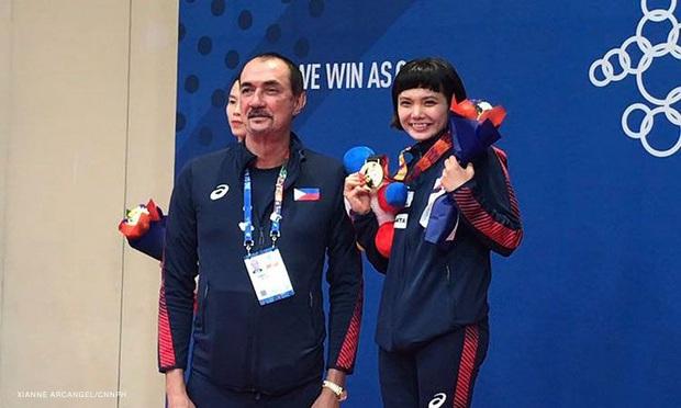Giành vàng SEA Games nhưng nữ võ sĩ karatedo Philippines giàn giụa nước mắt tố HLV trưởng không thèm quan tâm - Ảnh 2.