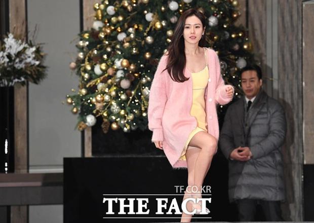 Sự kiện ngược đời: Nữ thần Son Ye Jin lu mờ trước nữ phụ cực sang chảnh, lộ khoảnh khắc cực tình với Hyun Bin - Ảnh 1.