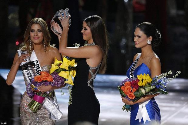 MC Steve Harvey lặp lại sự cố 2015 khi công bố nhầm kết quả giải Quốc phục trong đêm chung kết Miss Universe 2019? - Ảnh 4.