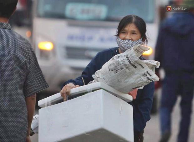 Kết thúc ngày làm việc cuối cùng của năm cũ: Người người vượt khói bụi kẹt xe, hân hoan về quê ăn Tết - Ảnh 8.