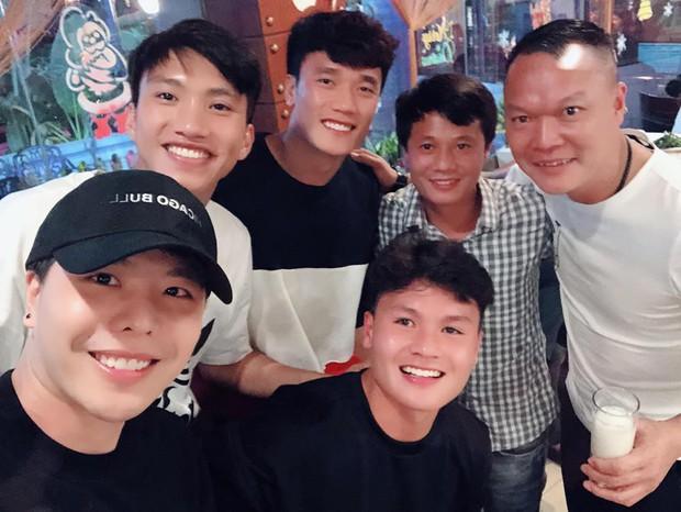 Trịnh Thăng Bình thăm lại đội bóng cũ toàn những chân sút đang hot nhất trên sân cỏ - Ảnh 1.