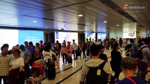 Sân bay Tân Sơn Nhất chật kín hành khách về quê trong ngày làm việc cuối cùng trước kì nghỉ Tết Nguyên đán Kỷ Hợi - Ảnh 4.