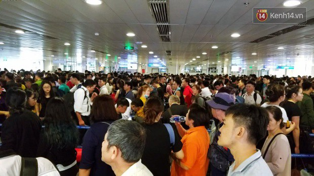 Sân bay Tân Sơn Nhất chật kín hành khách về quê trong ngày làm việc cuối cùng trước kì nghỉ Tết Nguyên đán Kỷ Hợi - Ảnh 2.